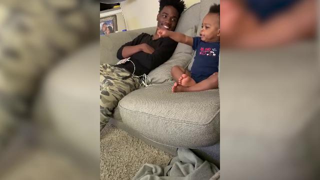 Due chiacchiere padre-figlio sul divano: il dialogo è surreale