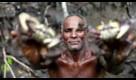 Il pescatore di granchi simbolo dell'emergenza clima, nella foresta di mangrovie che rischia di scomparire