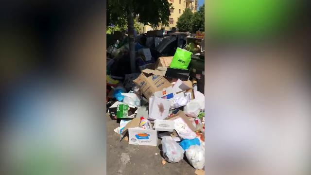 Ferzan Ozpetek riprende la spazzatura nelle strade: