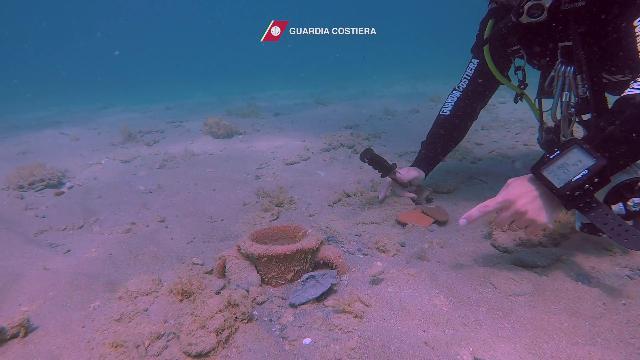 Brindisi, un tesoro archeologico sott'acqua: trovare antiche anfore usate dai fenici e dai romani