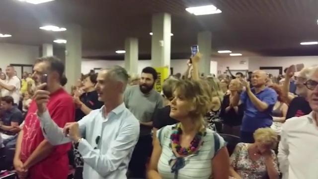 Verona, il pubblico canta Bella ciao alla presentazione del libro di Berizzi, minacciato dall'estrema destra