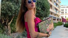 Chiara Nasti vittima di Photoshop, il gomito scatena l'ironia dei social