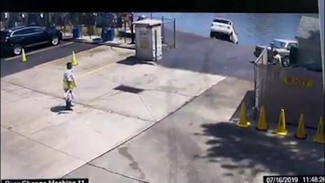 Usa, spinge l'acceleratore invece del freno: l'auto esce dall'autolavaggio e finisce nel fiume