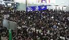 Hong Kong, manifestanti occupano l'aeroporto: voli cancellati