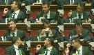 Sornione, ironico e affranto: tutte le facce di Salvini durante l'intervento di Conte