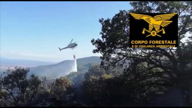 Incendi in Sardegna, elicotteri in azione a Castelsardo e a Serri