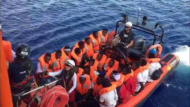 Ocean Viking, trovato l'accordo con l'Ue: iniziato il trasferimento a Malta dei 356 migranti