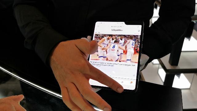Arriva Fold, lo smartphone pieghevole di Samsung. Ma in Italia pochi pezzi