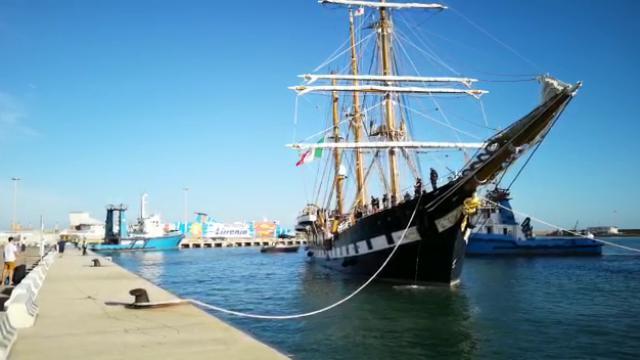 La nave scuola Palinuro della Marina ormeggiata a Porto Torres
