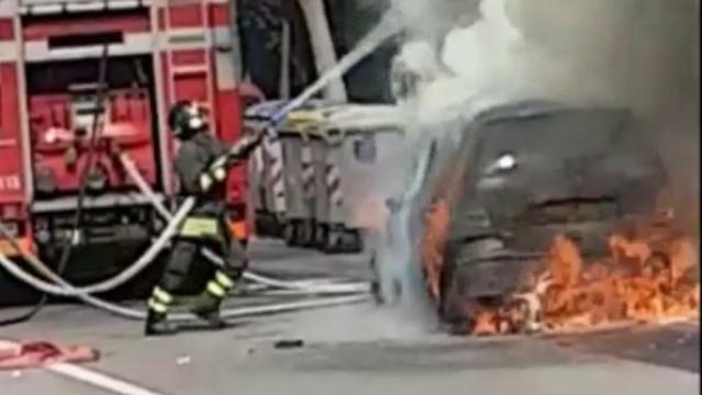 Sassari, auto in fiamme in via Mastino