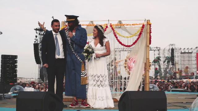 Beach Party a Linate, Jovanotti sposa una coppia di fan nell'ultima tappa del suo tour
