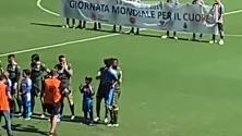 Napoli, Balotelli entra in campo con la figlia Mia