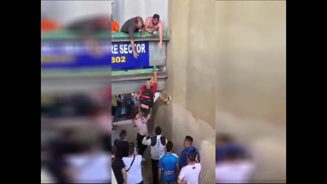 """Stadio San Paolo, la denuncia: """"Tifosi si arrampicano per salire dall'anello inferiore al superiore"""""""
