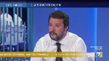 """Duello Gruber-Salvini: """"Contento di non dover più girare in mutande?"""" """"Lei va in spiaggia in smoking?"""""""