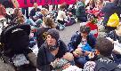 """Londra, attiviste di Extinction Rebellion mettono in scena un """"allattamento di massa"""""""