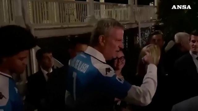 New York, il sindaco De Blasio in giro per la città con la maglia del Napoli