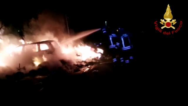 Paura nel borgo per l'incendio di un'auto e di una catasta d rifiuti