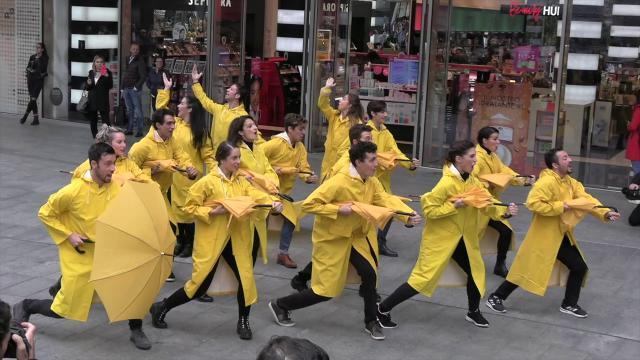 Milano, ombrelli e impermeabili gialli per il musical 'Singin' in the rain'