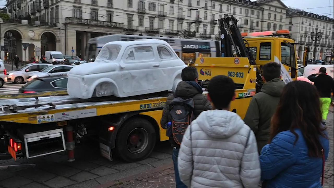 Sorpresa! Una 500 di marmo nel traffico del centro di Torino, ma è l'opera di un giovane artista