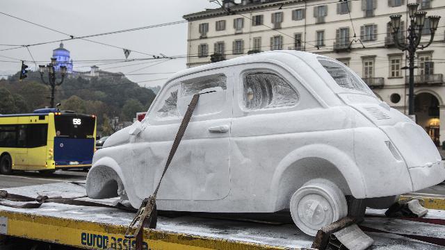 Cosa ci fa una Fiat 500 di marmo in giro per Torino?