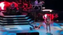 Mentre bussava alla porta del paradiso, Axl Rose è caduto rovinosamente sul palco
