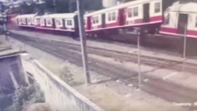 India: scontro frontale tra treni a Hyderabad, il video dell'impatto