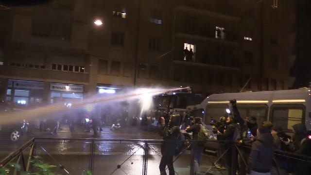 Salvini a Bologna, tensione in piazza. Manifestanti lanciano fumogeni, la polizia usa gli idranti