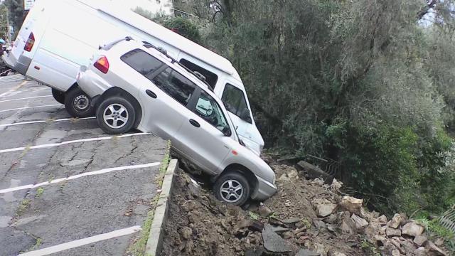 Sanremo, frana parte di un parcheggio: le auto restano in bilico sul dirupo - Il Secolo XIX