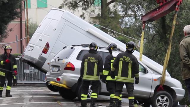 Sanremo, corsa contro il tempo per recuperare i veicoli che rischiano di precipitare nel vuoto - La Stampa