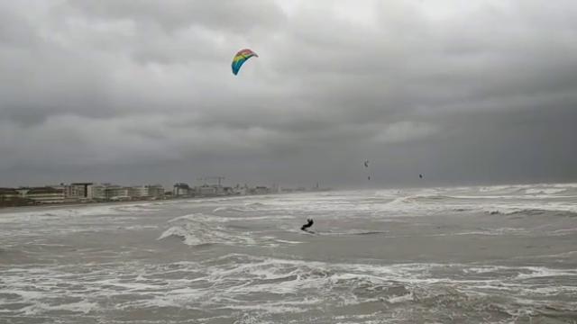 Mareggiate a Caorle e spiaggia distrutta, ma c'è chi fa kite surf - la Nuova di Venezia