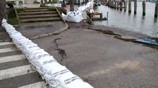 A Caorle si temono nuove mareggiate: sacchi per proteggere il porto - la Nuova di Venezia