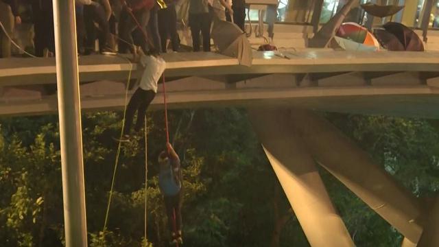 Hong Kong, drammatica fuga dal campus: gli studenti si calano con le funi sull'autostrada