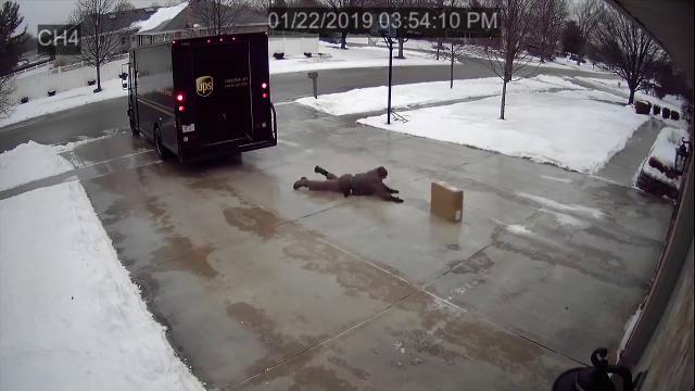 """Il fattorino """"pattina"""" per consegnare il pacco sull'asfalto ghiacciato"""