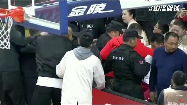 Il tifoso litiga con la moglie dell'allenatore, lui interrompe la partita per picchiarlo