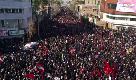 Iran, folla oceanica per i funerali di Soleimani: l'auto con il feretro bloccata dalla calca