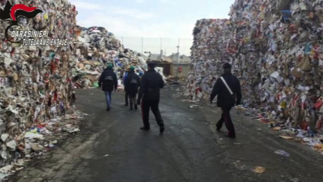 Incendi in discariche del torinese, i carabinieri indagano tre persone per gestione illecita
