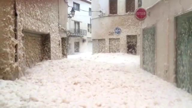 Tempesta Gloria in Spagna, città invasa da una strana schiuma: le strade sono sommerse