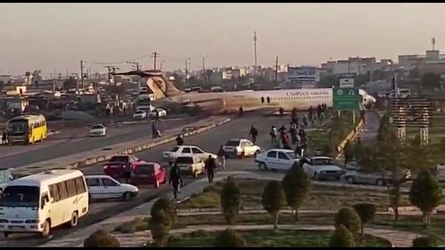 Iran, aereo con 135 passeggeri a bordo esce fuori pista e finisce per strada: nessun ferito