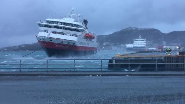 Norvegia, l'incredibile attracco della nave da crociera da 123 metri: così il capitano contrasta il vento fortissimo