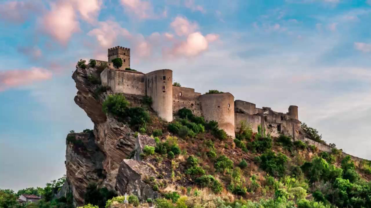 Edifici surreali in Italia, Roccascalegna: il castello