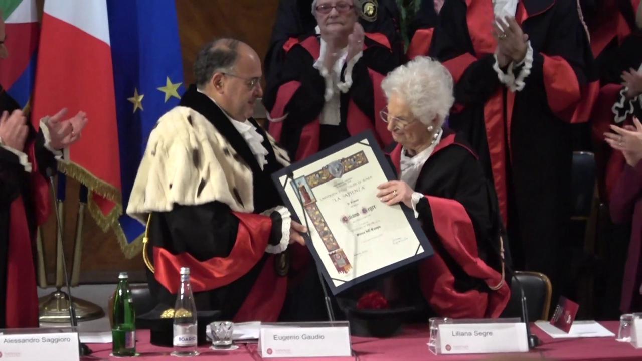 Dottorato 'Honoris Causa' a Liliana Segre, la senatrice allo studente di destra: 'Ti posso dare un bacio?'