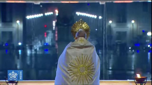 """Papa Francesco prega nella piazza San Pietro vuota: """"Fitte tenebre ..."""