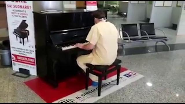 Varese, il medico pianista suona i Queen nella hall dell'ospedale: