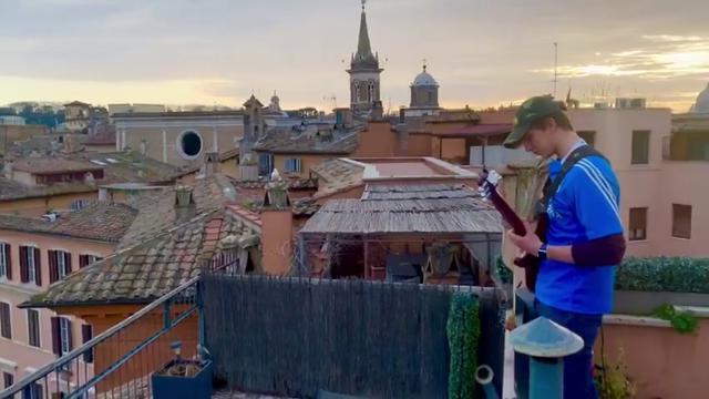 Suona Ennio Morricone su una Piazza Navona deserta, l'assolo del giovane chitarrista è da brividi