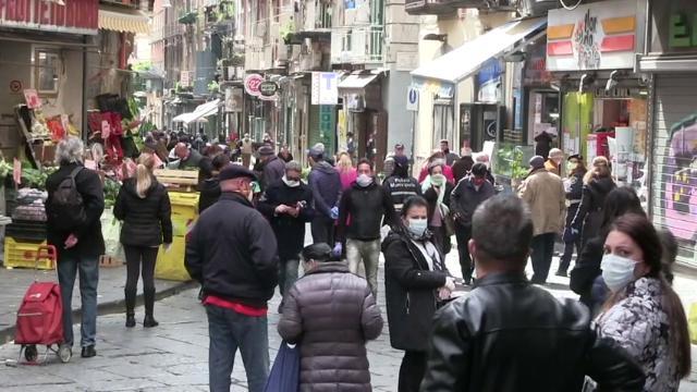 Coronavirus, a Napoli tanta gente in strada per la spesa