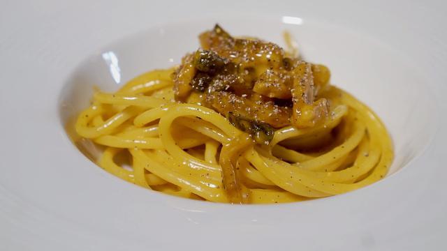 """La ricetta della carbonara """"alleggerita"""", lo chef Kotaro Noda con un trucco la rende più light"""