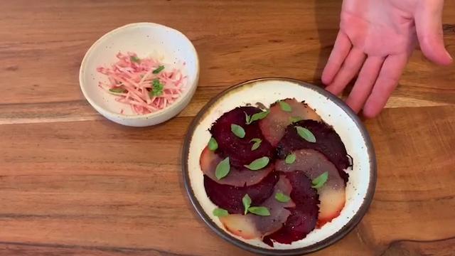 """#iorestoincucinaconLaStampa, lo chef Mammoliti prepara una """"stellare"""" bresaola vegetale"""