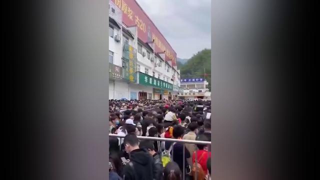 Cina, entrata gratis alle Montagne Gialle: in coda, stipate nelle transenne, 20mila persone