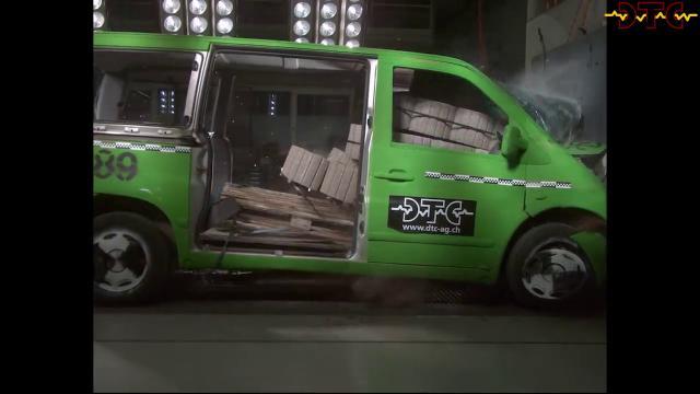Ecco cosa succede quando un furgone con quasi 800 chili di blocchi di cemento si schianta: il crash test contro un muro