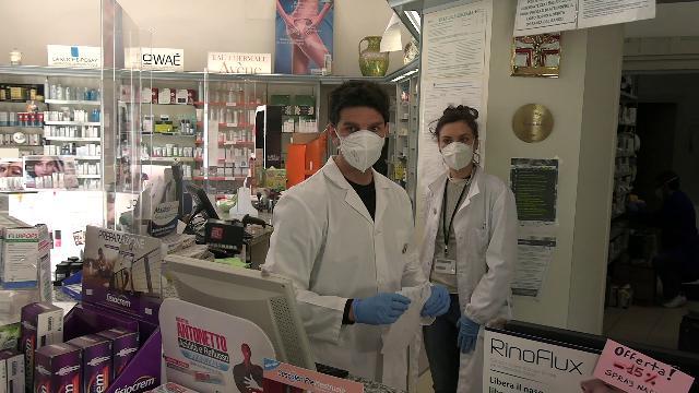 Coronavirus, arrivano le mascherine gratuite in farmacia a Milano. I farmacisti: